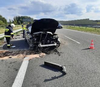 Na trasie Gniezno-Bydgoszcz samochód wypadł z drogi i uderzył w barierki [FOTO]