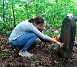 Sprzątanie cmentarza żydowskiego w Łodzi