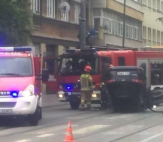 Wypadek w centrum Łodzi. Samochód na dachu