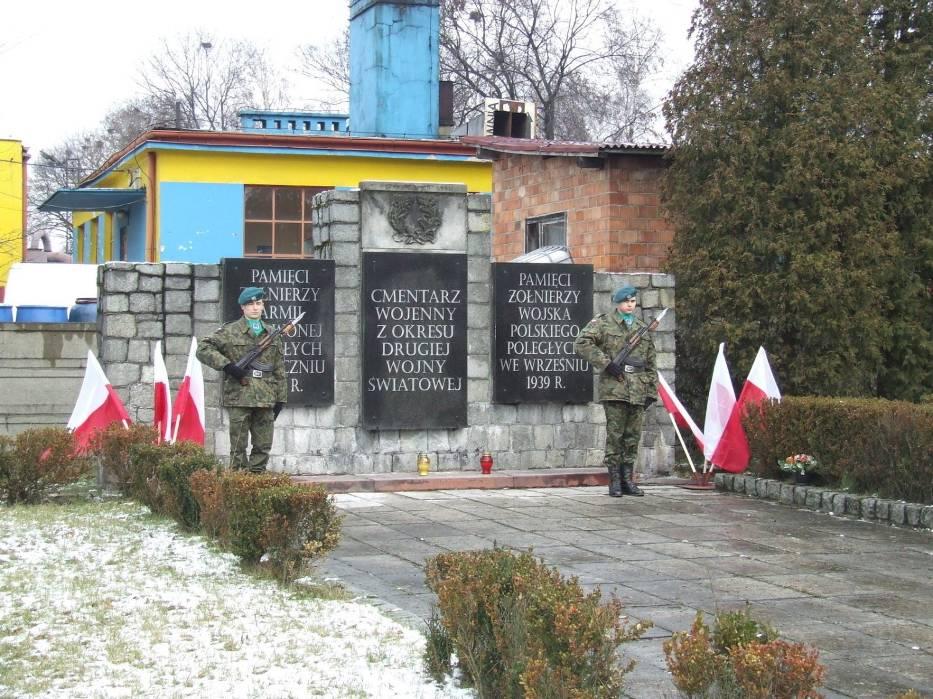 Warta honorowa na cmentarzu wojskowym z okresu II wojny światowej