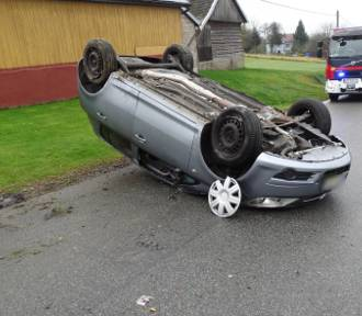 Biesiadki. Dachowanie samochodu osobowego, kobieta trafiła do szpitala [ZDJĘCIA]