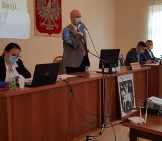 Burmistrz Dariusz Maniak nie chciał na sesji udzielić odpowiedzi na pytania naszych Czytelników