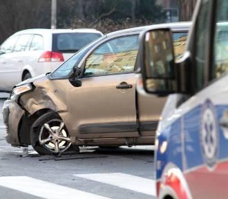 Zderzenie aut na skrzyżowaniu ulic Wyszyńskiego i Nowowiejskiej