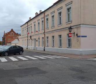 Bulwersujące! Mężczyzna głową dziecka rozbił szybę auta w Chełmnie. Szuka go policja