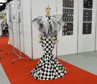 Sukienki, bluzy, buty i biżuteria