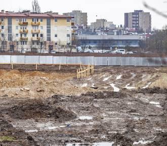 Wielki, błotny plac budowy na budowie Centrum Nauki Cogiteon