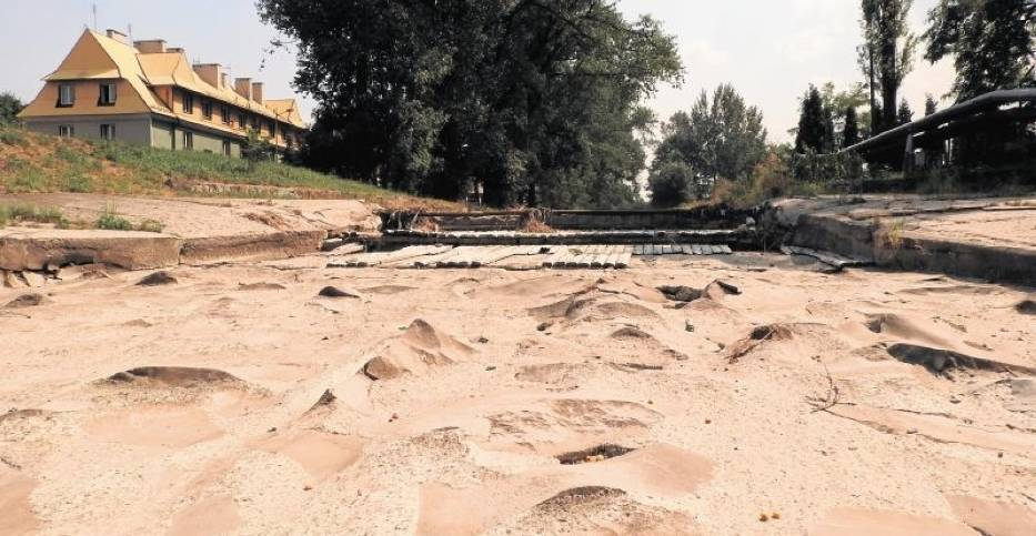 Całkowicie wyschła rzeka Wieprzówka płynąca przez Andrychów,  ale, jak zapewniają władze miasta - wody dla mieszkańców nie braknie