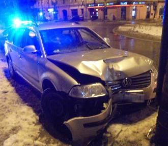 Volkswagen uderzył w latarnię. Za kierownicą pijana kobieta [zdjęcia]