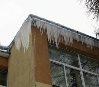 Nagromadzony śnieg na dachu oraz zwisające sople lodu koniecznie trzeba usuwać!