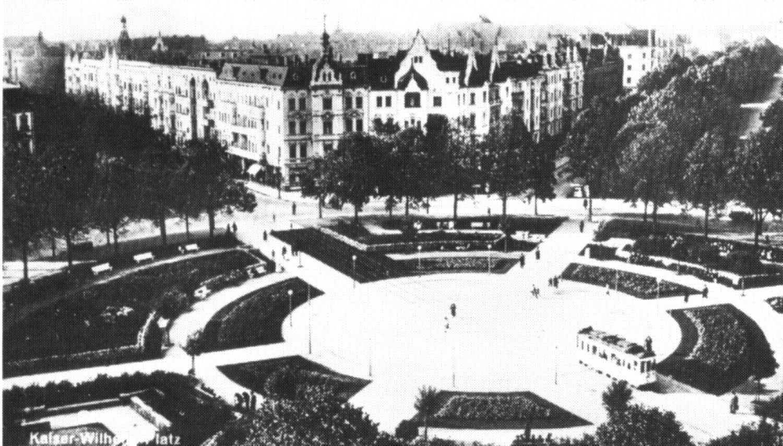 Plac z linią tramwajową, powstała w początkach XX wieku