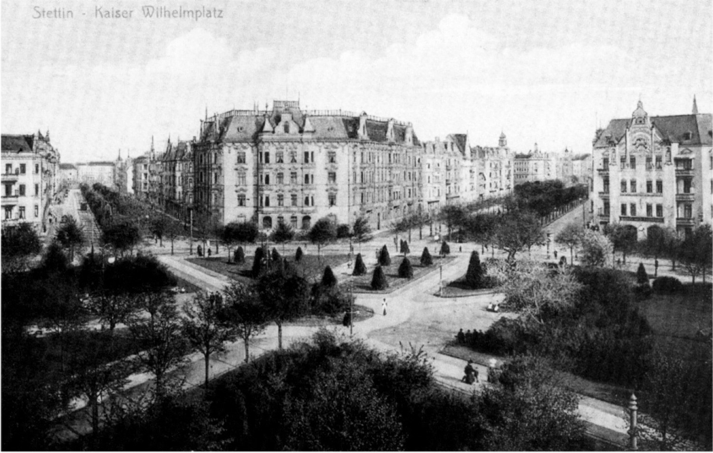 Plac z lewej obecna ulica Piłsudskiego