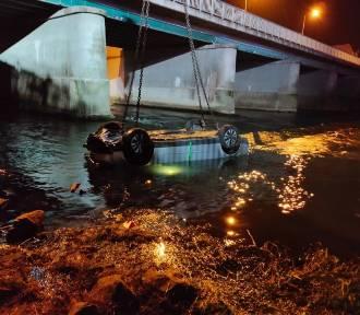 Audi przebiło barierki i wpadło do rzeki. Kierowca był reanimowany