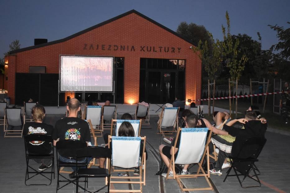 """Musical """"Hair"""" zainaugurował tegoroczną edycję kina plenerowego organizowanego przez Dom Kultury w Pleszewie"""