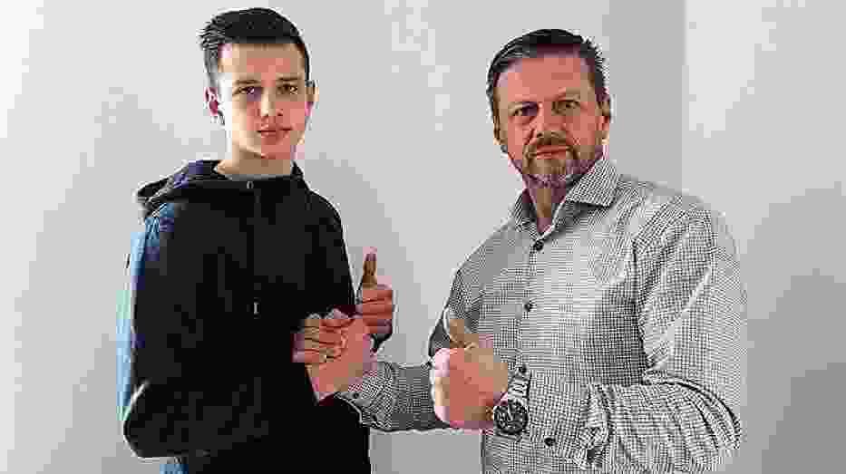 Wojciech Skrzypek (z prawej) wraz z synem Łukaszem, obecnie zawodnikiem pierwszoligowej Wisły Puławy