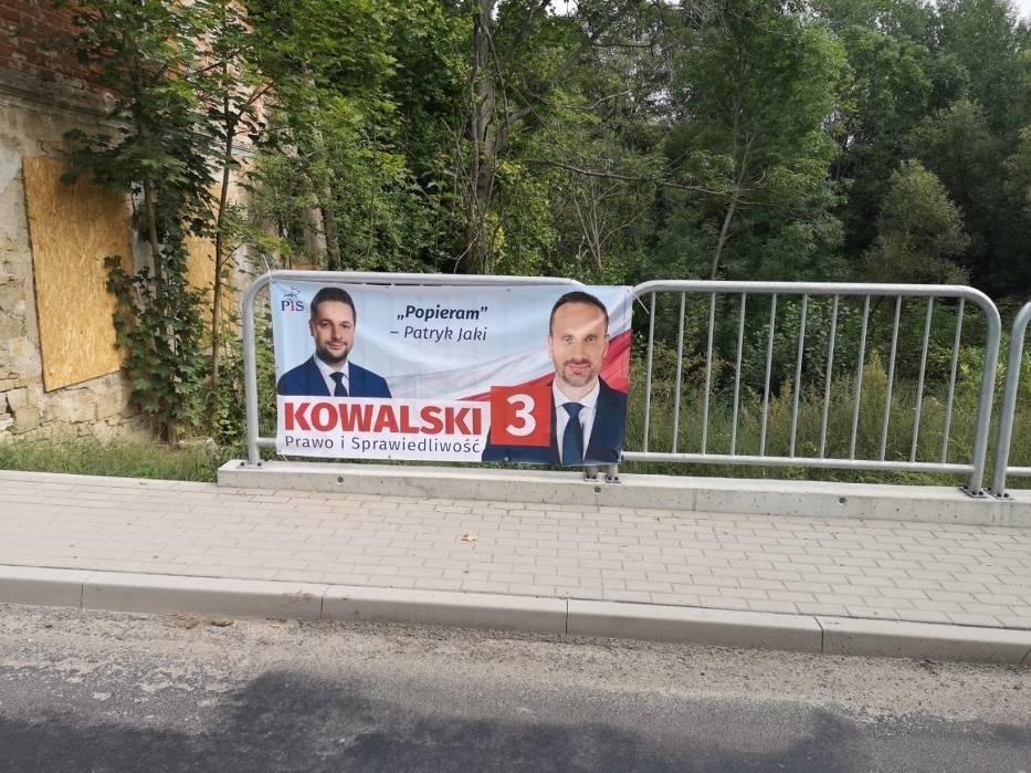 W piątek starosta Józef Swaczyna, starosta strzelecki z Mniejszości Niemieckiej, oczekiwał, że z infrastruktury dróg powiatowych znikną materiały Marcina Ociepy i Janusza Kowalskiego