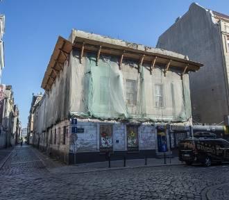Zrujnowane budynki na ulicy Koziej w Poznaniu. Miasto rozkłada ręce