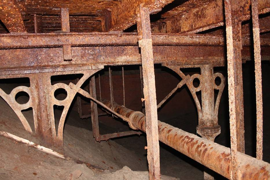 Jego żeliwna konstrukcja oraz mury fosy, przez którą był przerzucony, zachowały się w doskonałym stanie