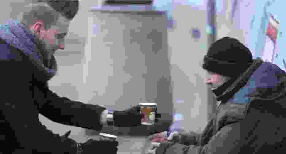 Wyczarował ciepłą kawę dla bezdomnego!