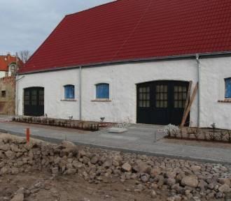 Kończą remont budynku pofolwarcznego w żarskim parku.