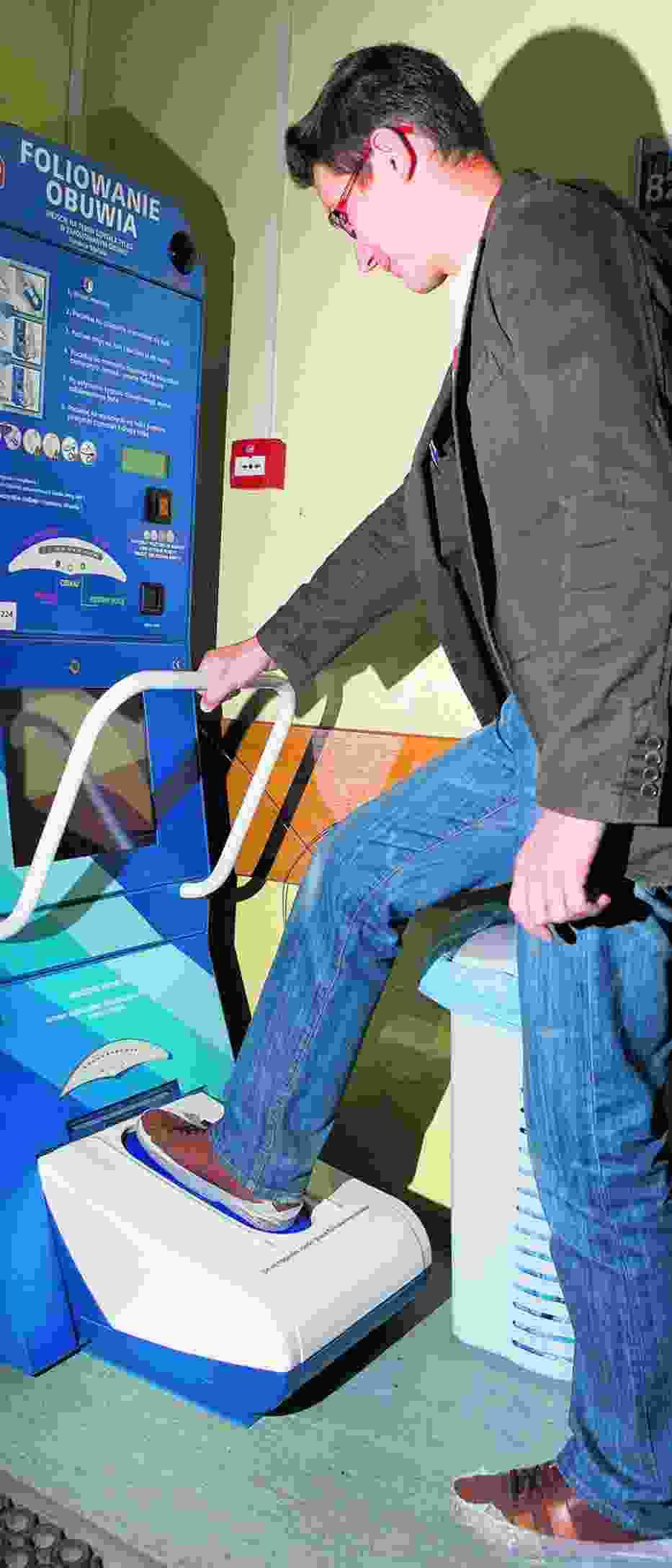 Maszyna foliująca w szpitalu na Solcu nie tylko zapobiega wnoszeniu bakterii, ale i zarabia na szpital