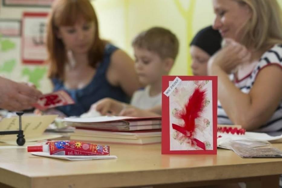 Dzieci tworzą kartki dla powstańców