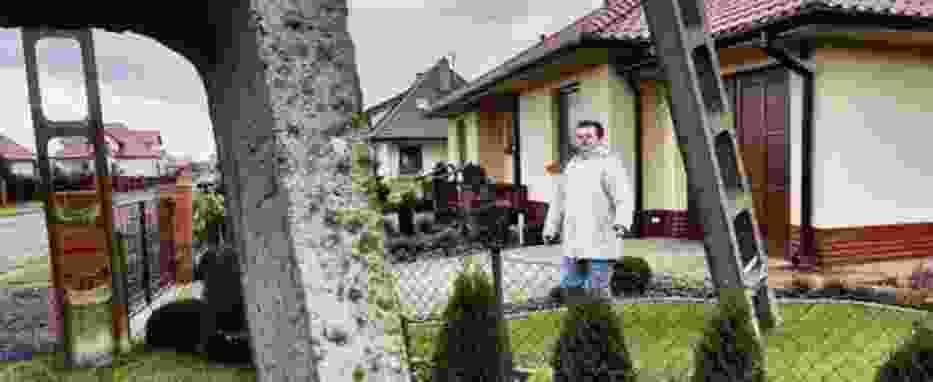 Mieszkańcy osiedla w Serbach koło Głogowa walczą w sądzie z EnergiąPro o przestawienie słupa ze środka ulicy