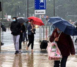 Deszcz nie odpuszcza. Zalane ulice, podtopienia i połamane gałęzie