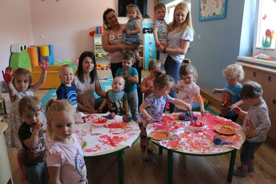 Dzieci w Klubie Dziecięcym w Bobrownikach nie mają czasu tęsknić za rodzicami, dzień spędzają aktywnie