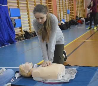 """Głogów: Uczniowie """"Przyrodniczej"""" bili rekord w udzielaniu pierwszej pomocy [ZDJĘCIA]"""