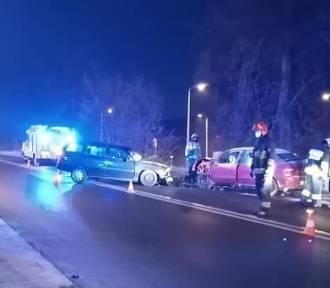 Zderzenie trzech aut, dwie osoby w szpitalu