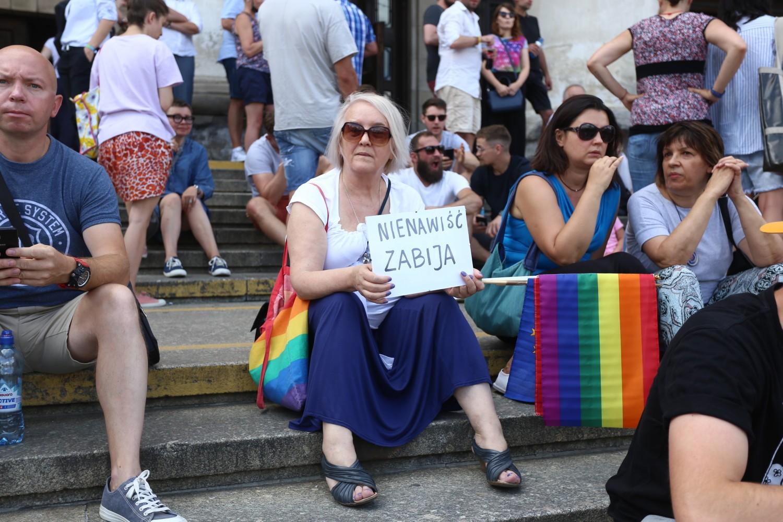 Warszawa przeciw przemocy, solidarni z Białymstokiem. Tłumy zebrały się na placu Defilad [ZDJĘCIA]