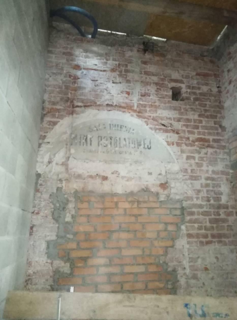Teatr Baj, Warszawa. W remontowanym budynku odkryto historyczny napis na ścianie