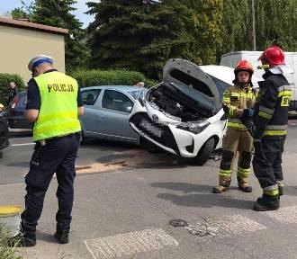 Niecodzienny wypadek w Katowicach. Osobówka... wjechała na osobówkę - zobacz ZDJĘCIA