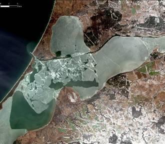 Niezwykłe zdjęcia z satelity. Widać sinice i falę powodziową