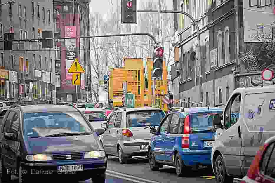 Wszystkie drogi w mieście, z wyjątkiem remontowanych są przejezdne. Coraz większe natężenie ruchu drogowego na wałbrzyskim odcinku drogi krajowej nr 35.
