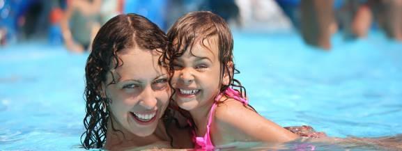 Lato się skończyło, ale nie oznacza to wcale, że nie możemy poczuć się jak na wakacjach w ciepłych krajach. Są bowiem Aquaparki, które otwarte są nie tylko w sezonie letnim, ale i przez okrągły rok. Najlepsze z nich przyciągają nawet 2 miliony gości rocznie. To nie tylko wymarzona zabawa dziecka, ale też przyjemne i relaksujące wytchnienie dla dorosłych. Oto najlepsze parki wodne w Europie, które warto odwiedzić. [b]Aby je zobaczyć, przejdź do naszej galerii.[/b]  [b]Zobacz też: Park of Poland. Gigantyczny aquapark pod Warszawą. Wiemy, jak będzie wyglądać w rzeczywistości![/b] <script class=