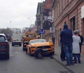 Kierowca rozbił forda mustanga w centrum Zielonej Góry