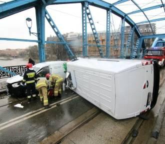 Koszmarny wypadek na moście Sikorskiego we Wrocławiu. Bus leży na boku!