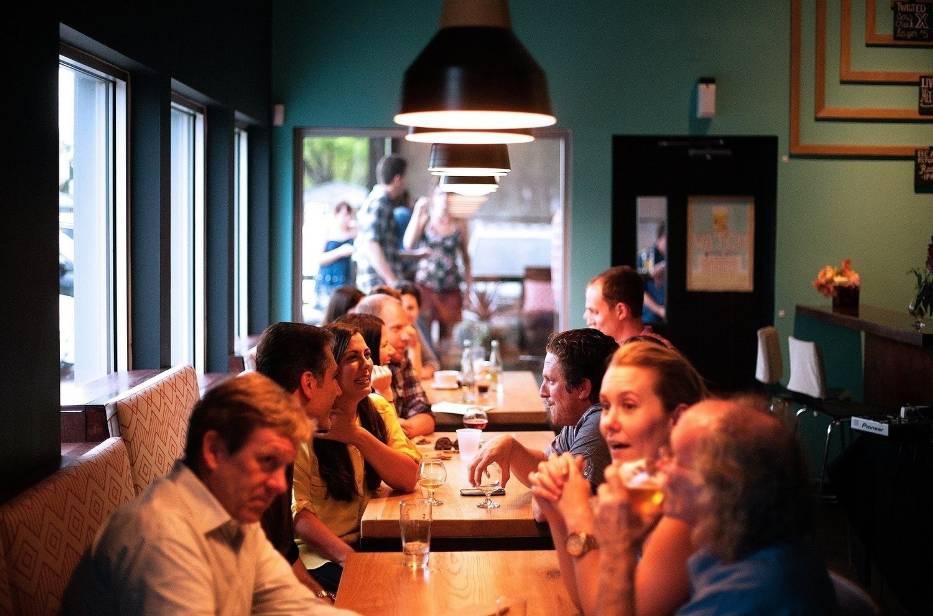 Pomimo rządowych obostrzeń, część restauracji otwiera się dla klientów