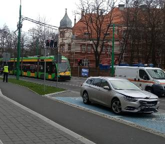 Zderzenie tramwaju z samochodem na ul. Grunwaldzkiej [ZDJĘCIA]