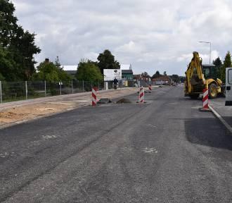 Na ulicy Poniatowskiego pojawiła się już pierwsza warstwa asfaltu. Kiedy otwarcie?