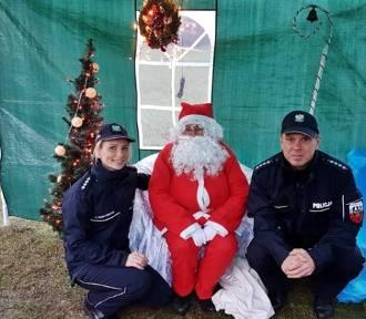 Wałbrzyscy policjanci pomagali ostatnio Mikołajom rozdawać prezenty
