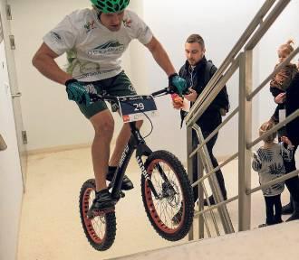 Krystian Herba wskoczył rowerem na biurowiec Rondo1
