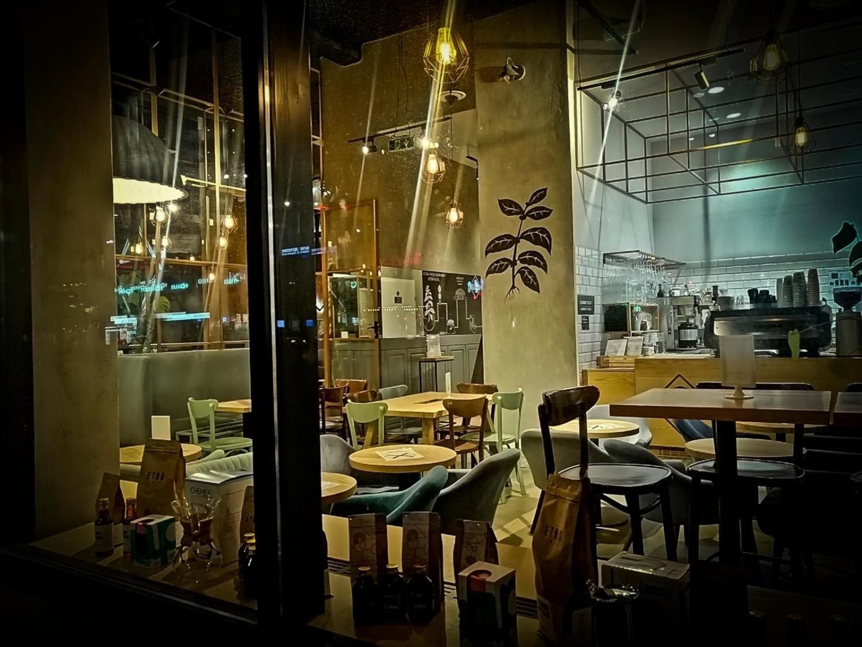 Kawiarnia w Warszawie, zgodnie z obostrzeniami pusta od listopada