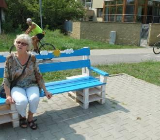 Sami postawili ławkę na przystanku