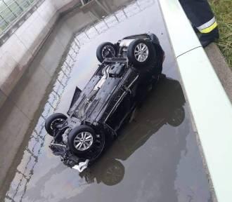 Nietypowy wypadek na A4. Auto wpadło do zbiornika!