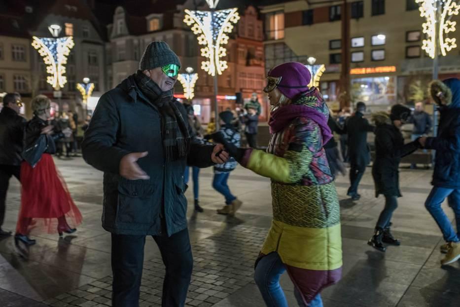 Taneczne pas na placu przed ratuszem