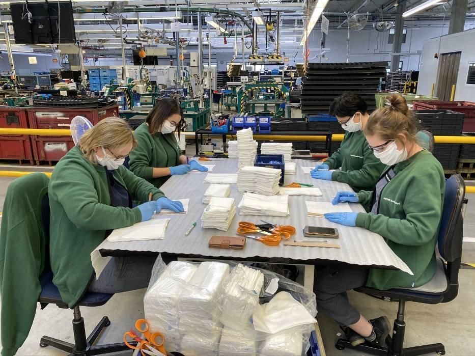 Pracownicy Valmet Automotive w Żarach szyją maseczki