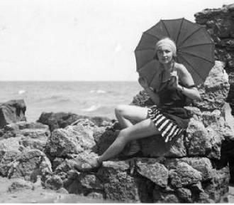 Moda plażowa retro. Te stroje w kurortach wkładały nasze babcie i dziadkowie ZDJĘCIA