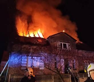 Pożar domu w Kłobuczynie pod Głogowem. Ogień całkowicie strawił dach